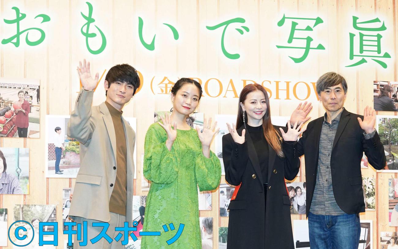 フォトセッションで手を振る、左から高良健吾、深川麻衣、香里奈、熊沢尚人監督(撮影・鈴木みどり)