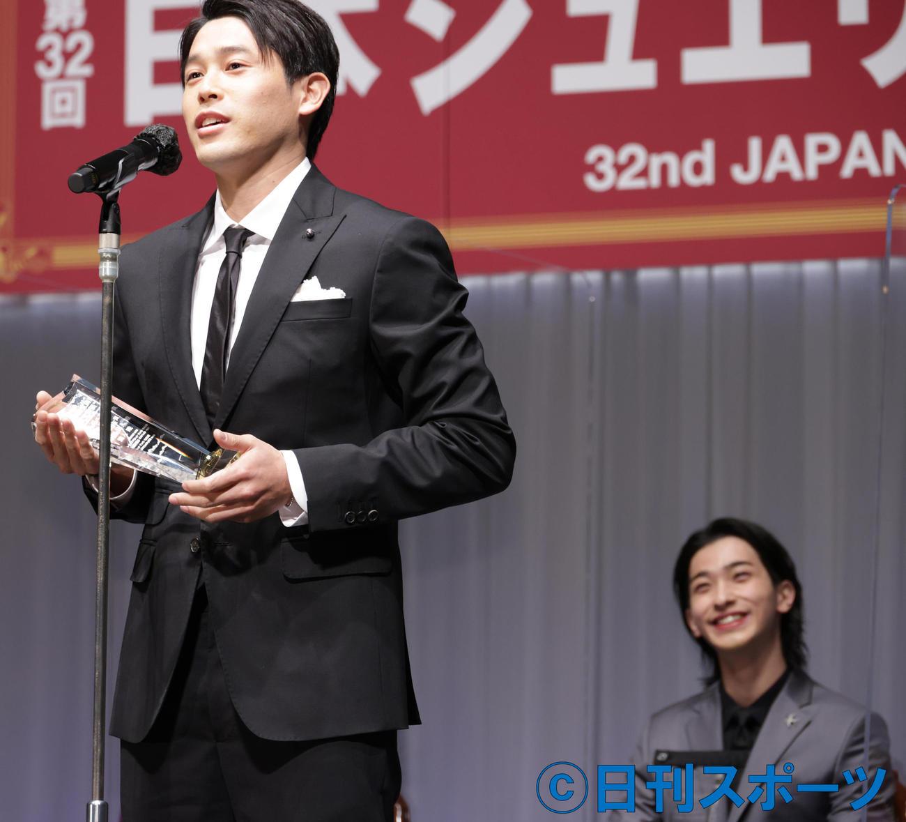 特別賞を受賞した内田篤人氏。右は内田篤人氏のジョークに笑う横浜流星(撮影・中島郁夫)