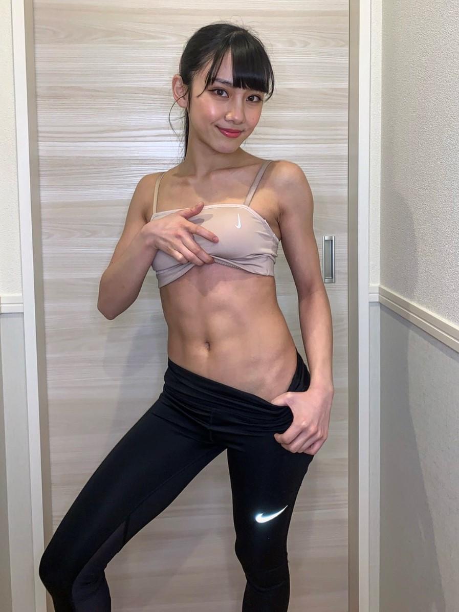 鍛え上げた腹筋を披露する劇団4ドル50セント長谷川晴奈