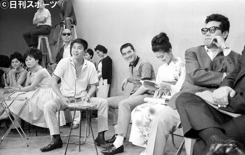 日本テレビ「今晩は裕次郎です」に友情出演のため試合後、後楽園球場から駆けつけ、出演者らと打ち合わせをする巨人長島茂雄。左から石原裕次郎さん、長島茂雄、浅丘ルリ子、渥美清さん(1963年6月11日撮影)