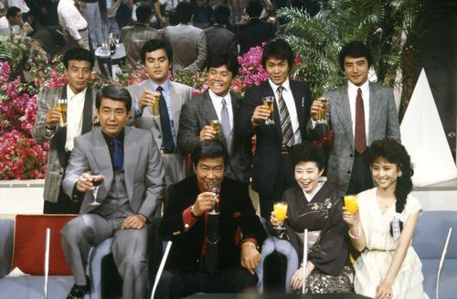 85年、裕次郎さんの芸能生活30周年を祝う特番。森光子さん(前列右から2番目)や松田聖子(同右)の姿も