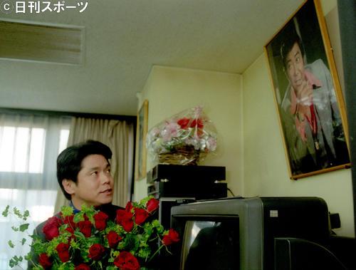 故石原裕次郎さんの写真の前で「お世話になりました」と語る峰竜太(1999年12月22日)