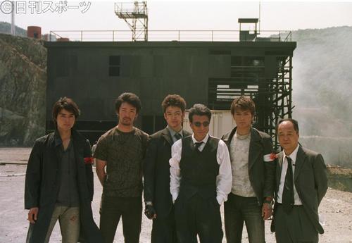 「西部警察」大爆破シーンの撮影を行った出演者。左から池田努、金児憲史、木村昇、舘ひろし、徳重聡、田山涼成