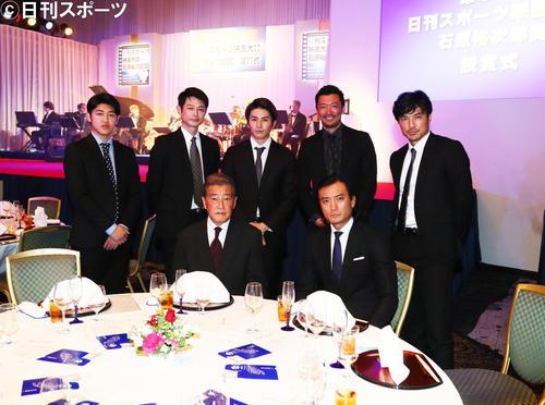 開演を前に記念撮影する神田正輝(手前左)、徳重聡(同右)ら石原プロモーションのメンバー(2019年12月28日撮影)