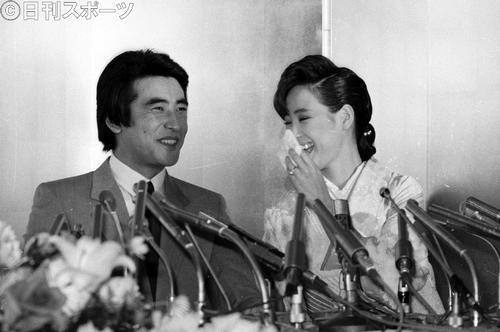 人気歌手の松田聖子(23)と俳優の神田正輝(34)が婚約を発表(1985年4月9日撮影)