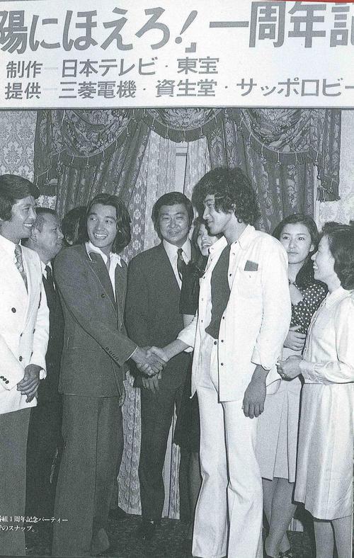 73年、「太陽にほえろ!」の1周年パーティー。松田優作さん(右)と萩原健一さんが握手する場面も