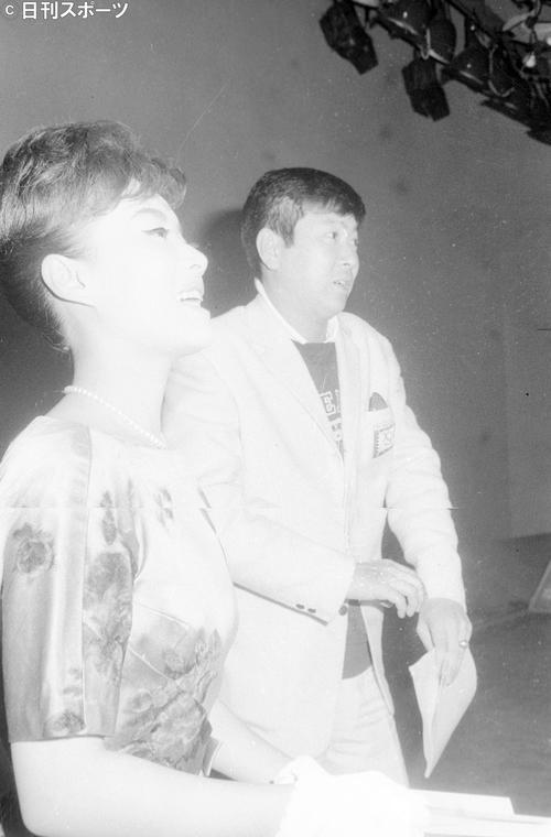 日本テレビ「今晩は裕次郎です」最終回で、やっと実現した美空ひばりさん(左)と石原裕次郎さん(右)の顔合わせ(1964年1月27日撮影)