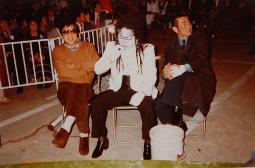 84年、「西部警察 PART3 特別番組 燃える勇者たち」にゲスト出演の勝新太郎さん(中央)