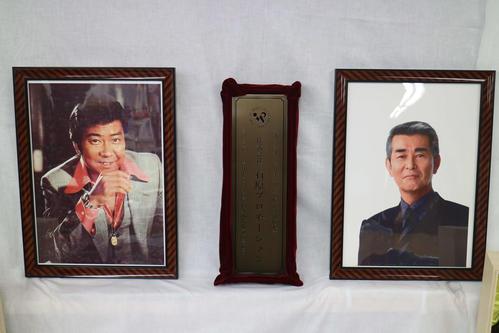 終業する石原プロモーションの商号と、石原裕次郎さん(左)渡哲也さんの写真