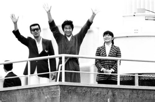 入院中の慶応病院の上から手を振る石原裕次郎さん(1981年6月21日撮影)