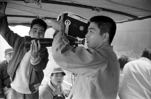 映画「太平洋ひとりぼっち」(63年)の撮影中、カメラアングルをチェックする裕次郎さん
