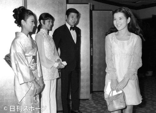 右から吉永小百合、石原裕次郎さん、石原まき子夫人、浅丘ルリ子 (1969年12月4日撮影)