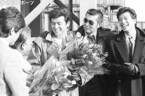 82年2月、「西部警察」ロケで笑顔を見せる、左から三浦友和、渡哲也さん、舘ひろし