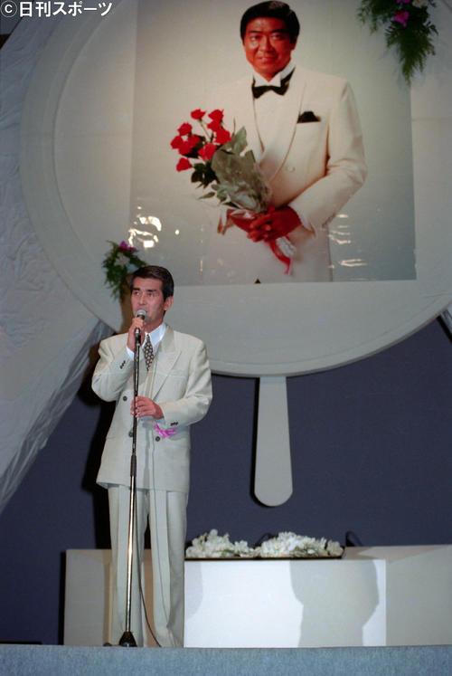 石原裕次郎さんの遺影の前であいさつする石原プロ渡哲也社長(1991年7月20日撮影)
