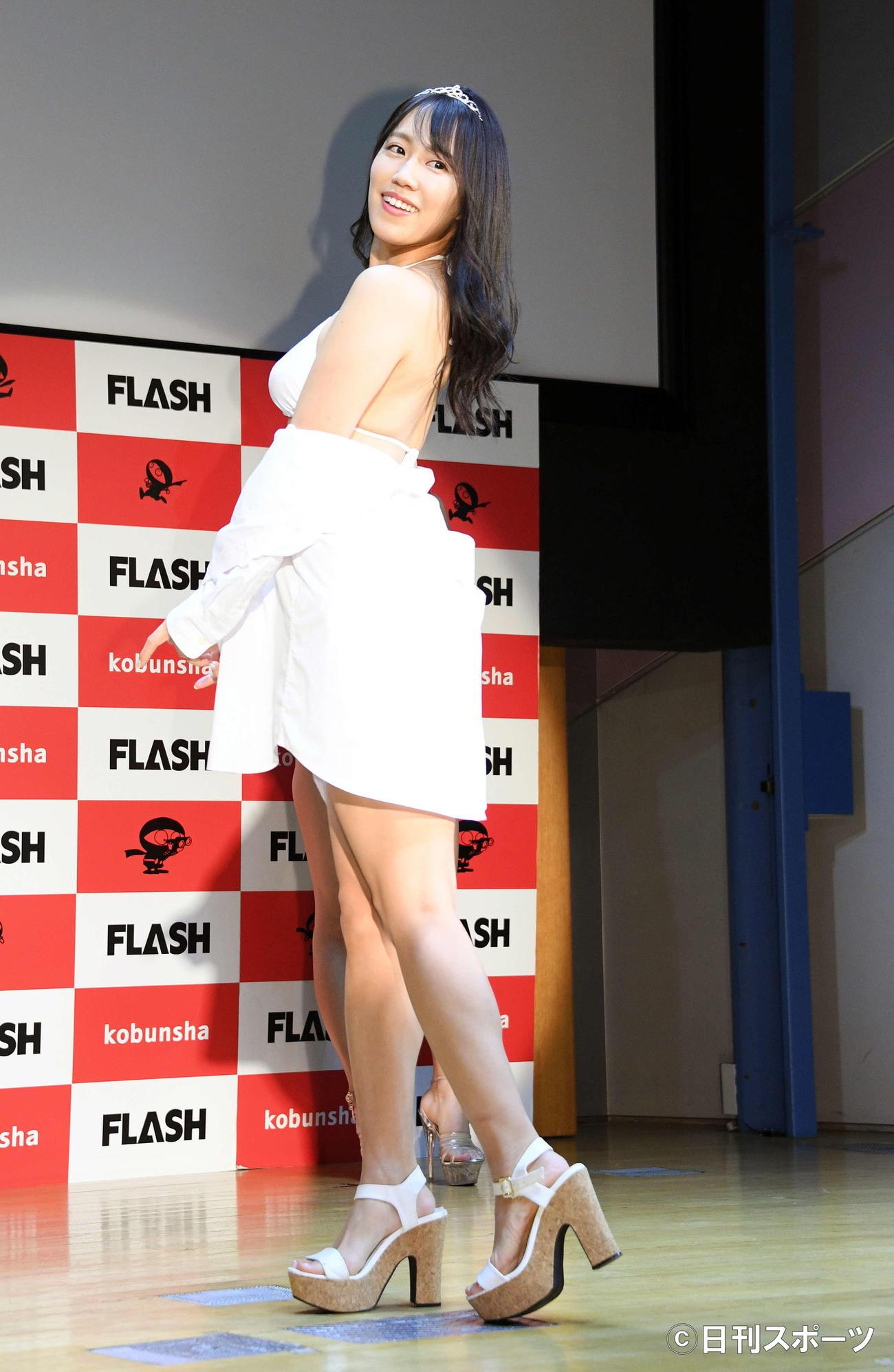 ミスFLASH2021のグランプリを受賞した霧島聖子は水着姿を披露する(撮影・滝沢徹郎)