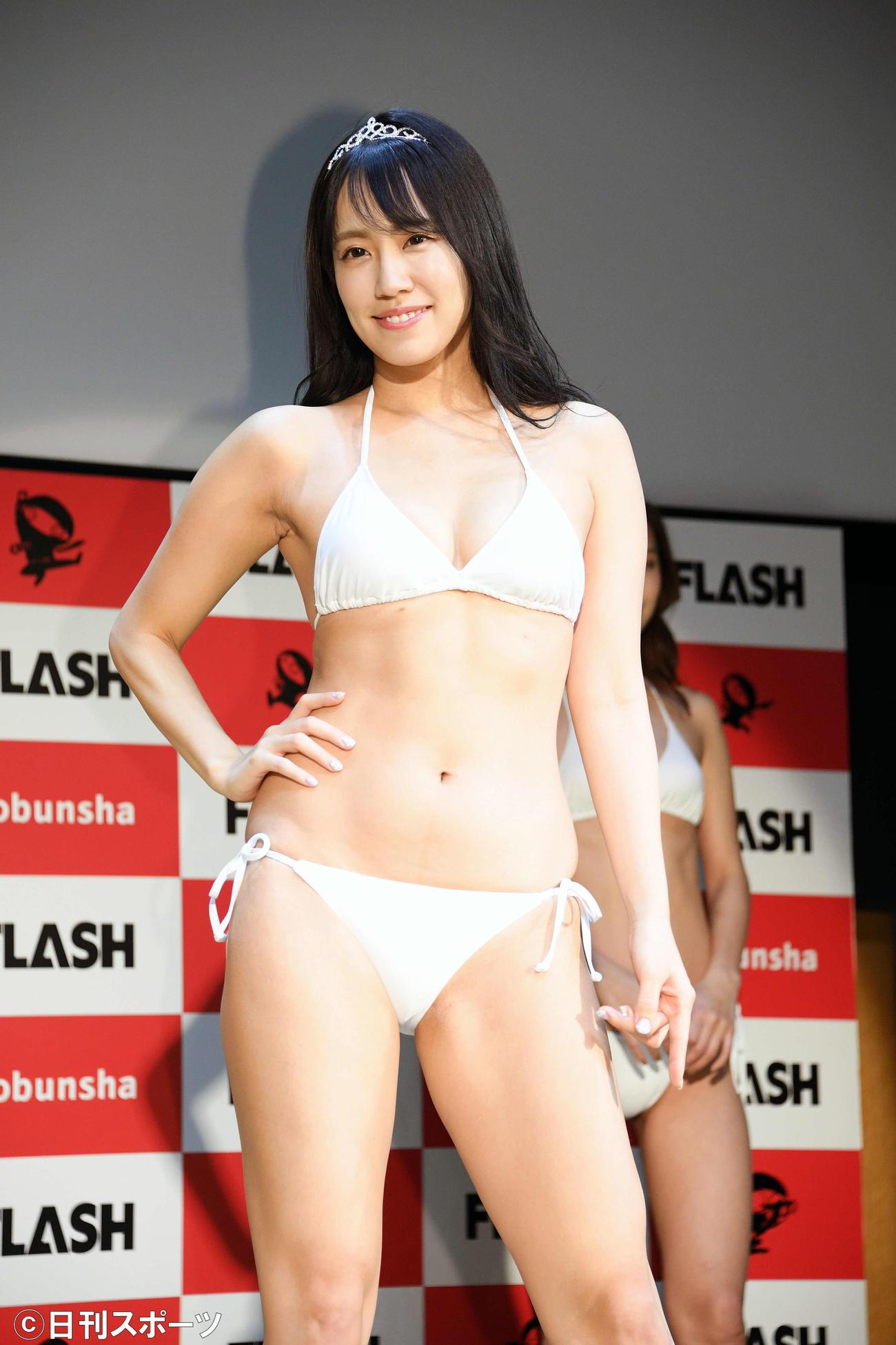 スFLASH2021のグランプリを受賞した霧島聖子は水着姿でポーズを決める(撮影・滝沢徹郎)