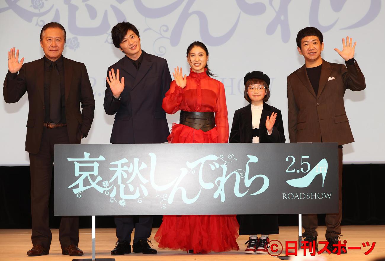 映画「哀愁しんでれら」完成報告会を行った左から石橋凌、田中圭、土屋太鳳、COCO、渡部亮平監督(撮影・野上伸悟)