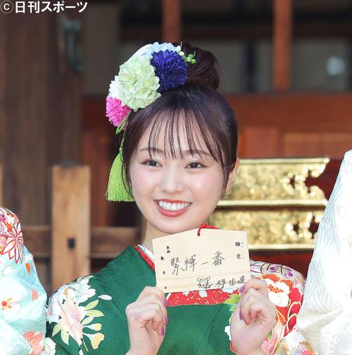 晴れ着姿で絵馬を手に笑顔の今泉佑唯(2020年1月9日撮影)