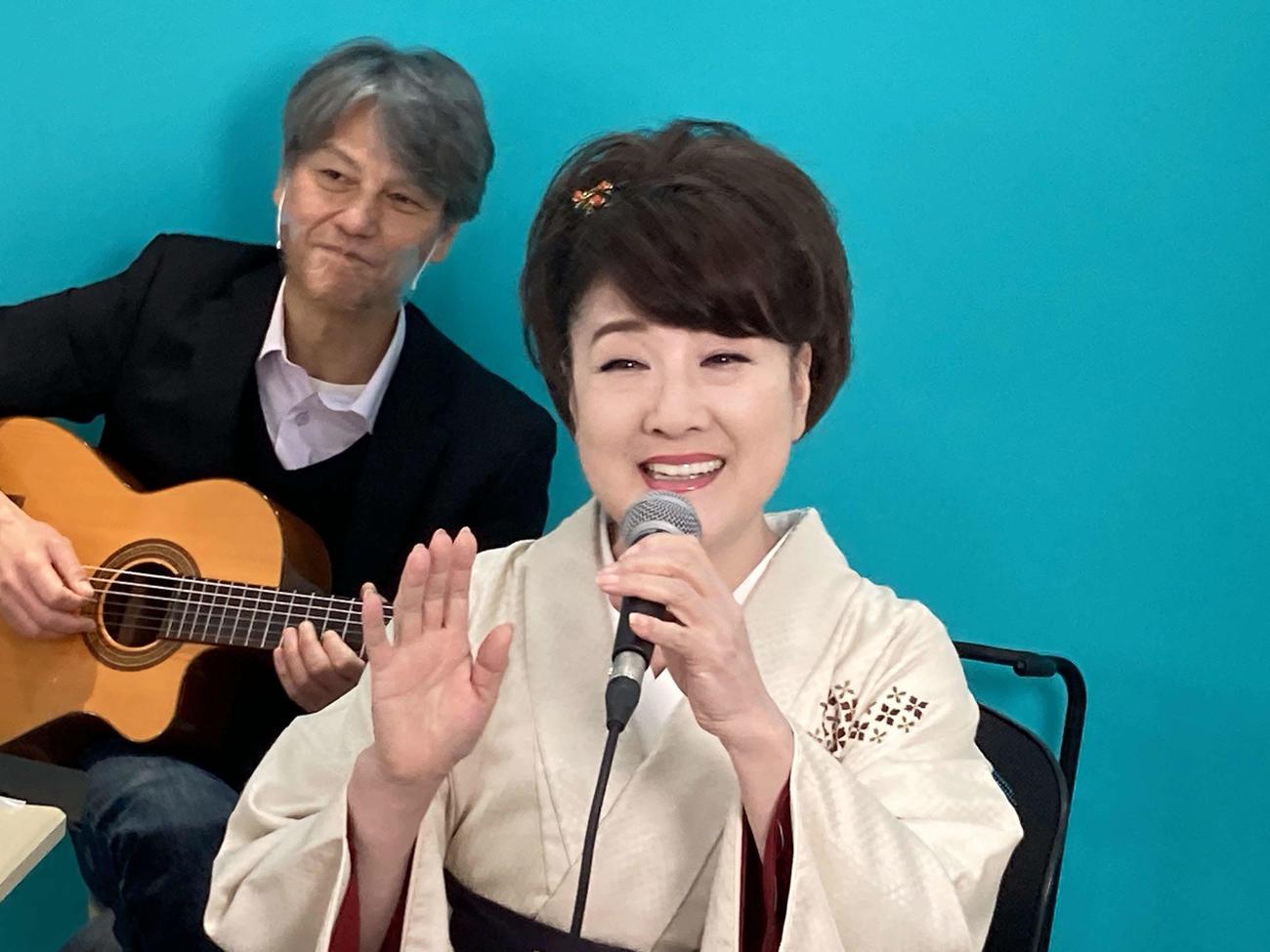 初の配信ライブを行った川中美幸
