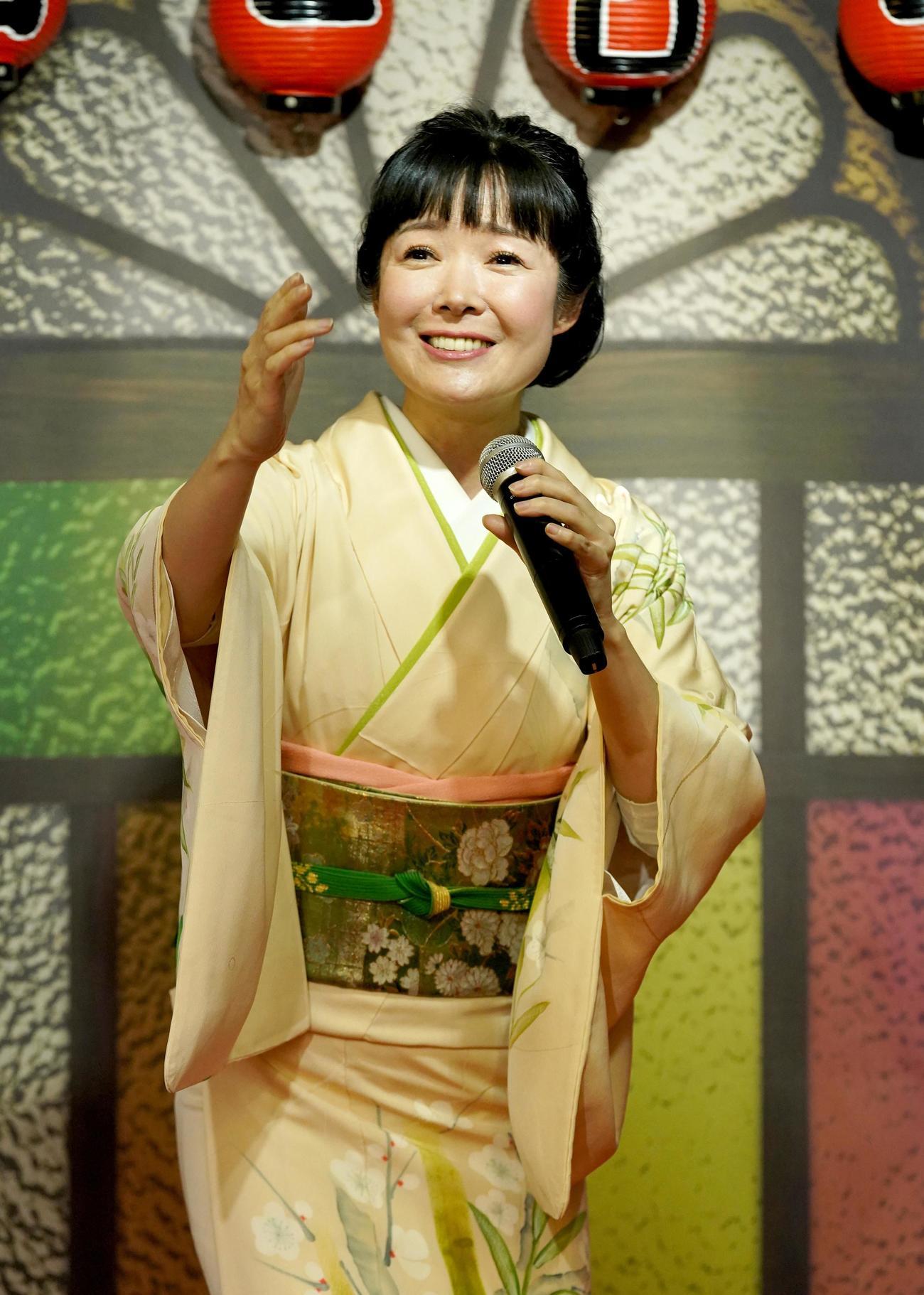 新曲「楓」を歌う田川寿美