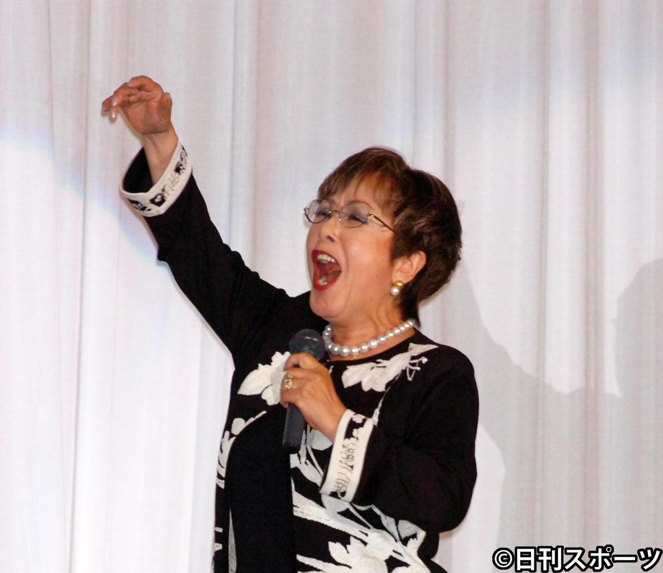 今村昌平監督お別れの会で「楢山節考」の主題歌を熱唱する坂本スミ子さん(2006年7月9日撮影)