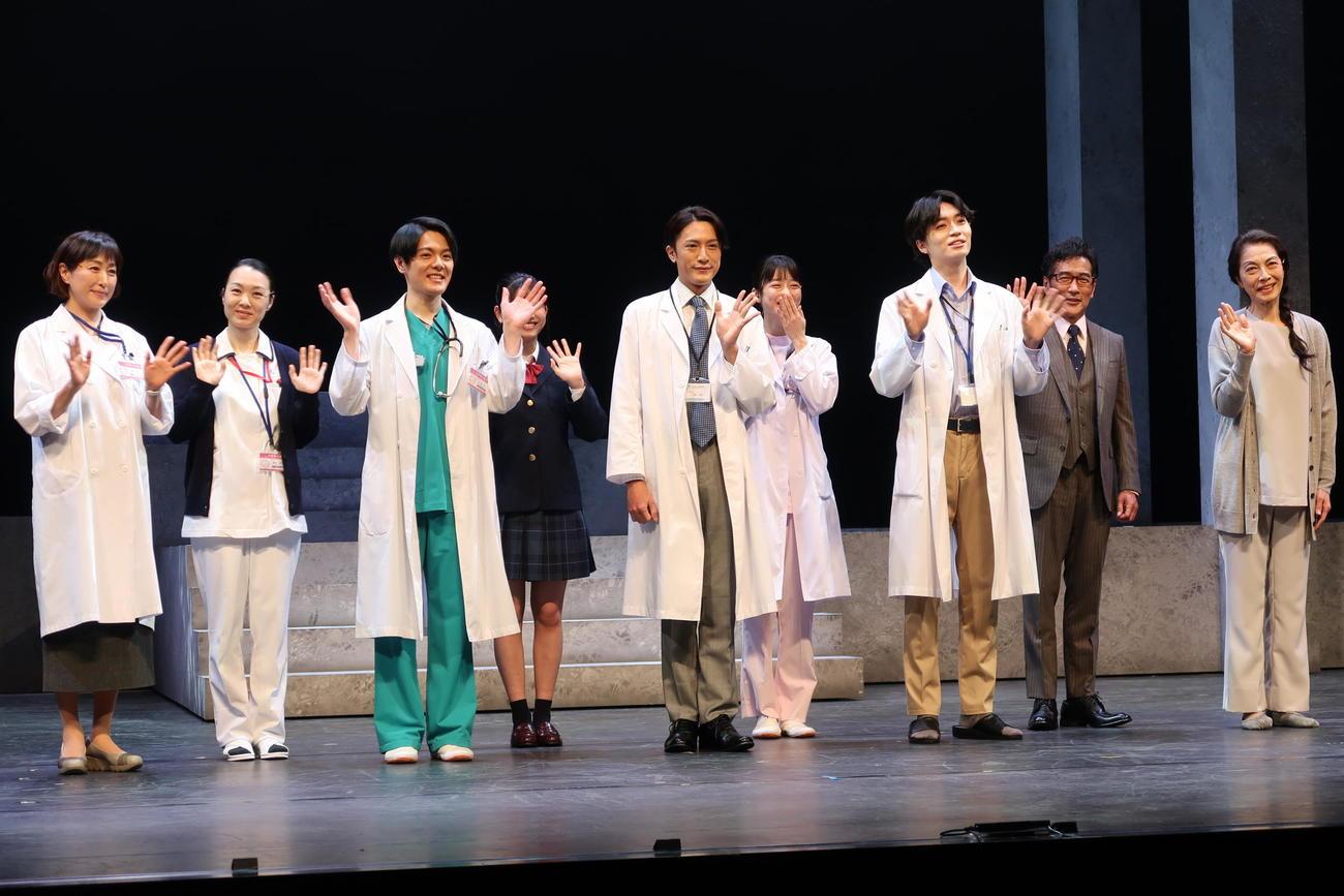 主演舞台「ドクター・ブルー」のゲネプロに臨んだ内博貴(前列中央)