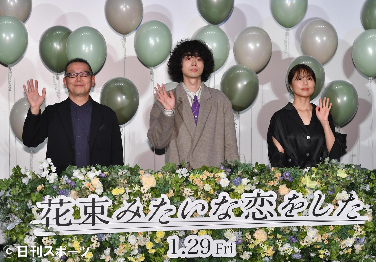 「花束みたいな恋をした」公開イベントでファンに手を振る、左から土井裕泰監督、菅田将暉、有村架純(撮影・柴田隆二)