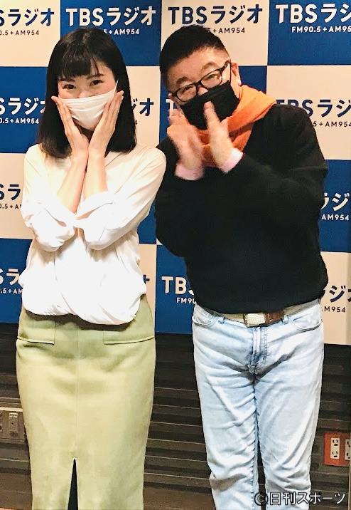 司法試験に合格した染井明希子気象予報士(左)を祝福する生島ヒロシ