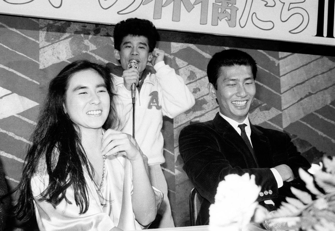 ドラマ「ふぞろいの林檎たち2」制作発表 中井貴一と笑顔をみせる石原真理子。後方は柳沢慎吾(1985年2月22日)