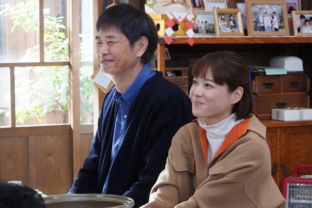 父の平(時任三郎=左)と、また一緒に暮らすことになった万木朝顔(上野樹里)(C)フジテレビ