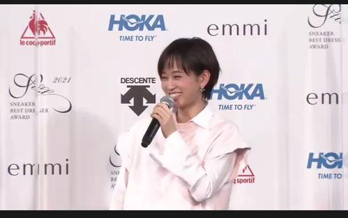 「スニーカーベストドレッサー賞 2021」で女優部門を受賞し笑顔を見せる前田敦子
