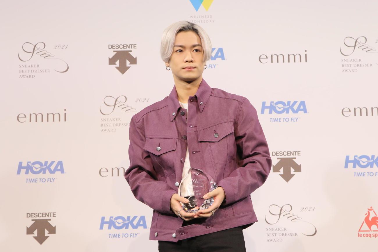 「スニーカーベストドレッサー賞 2021」で俳優部門を授賞し笑顔を見せるTHE RAMPAGE川村壱馬