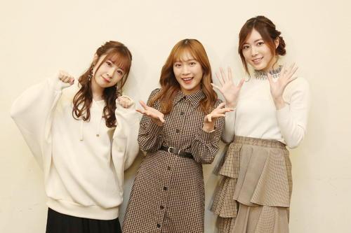 卒業コンサート開催を発表したSKE48の高柳明音(左)と松井珠理奈(右)。中央は斉藤真木子(C)2021 Zest,Inc.