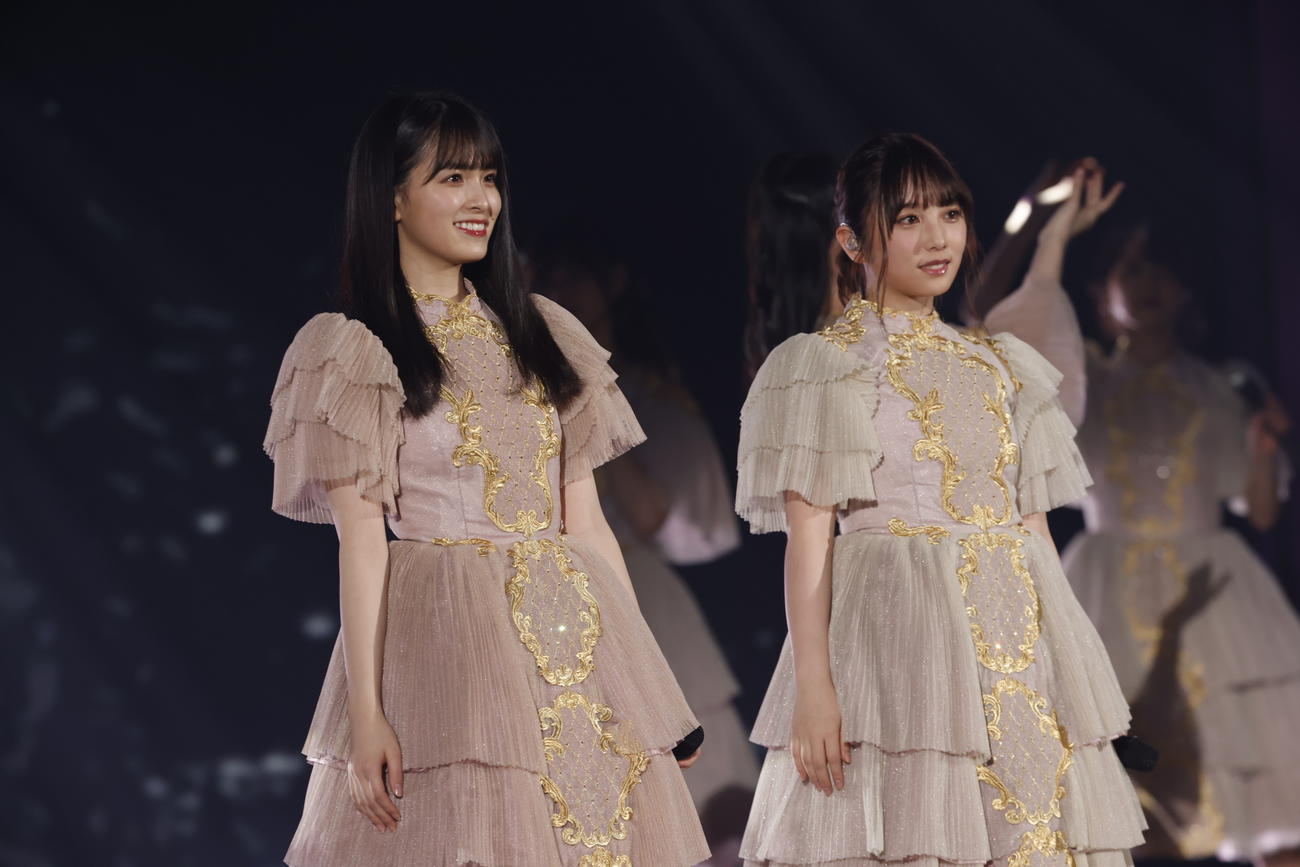 「逃げ水」をパフォーマンスする大園桃子(左)と与田祐希