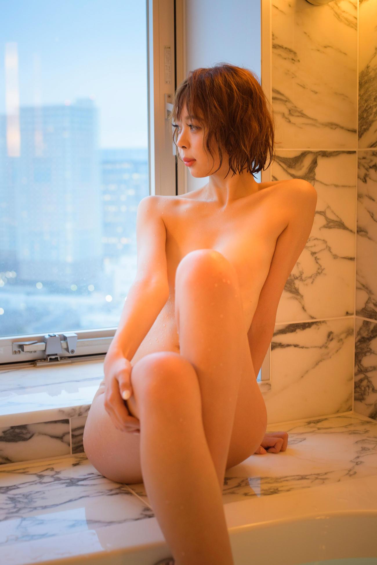 初のデジタル写真集「SEXY偏差値75!」が好評な東堂とも