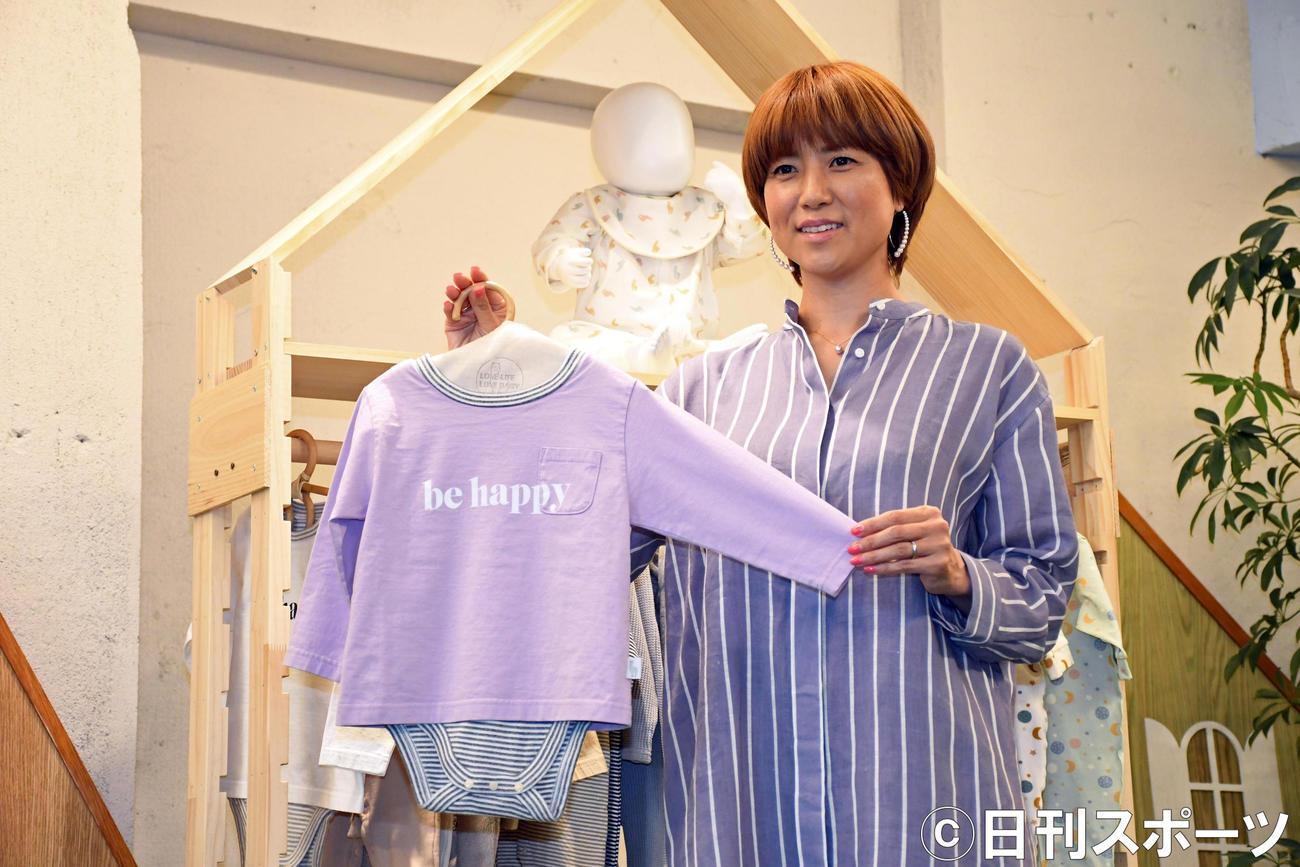 自身がプロデュースするブランド「LOVE LIFE LOVE BABY」発表会に出席したhitomi(撮影・大友陽平)
