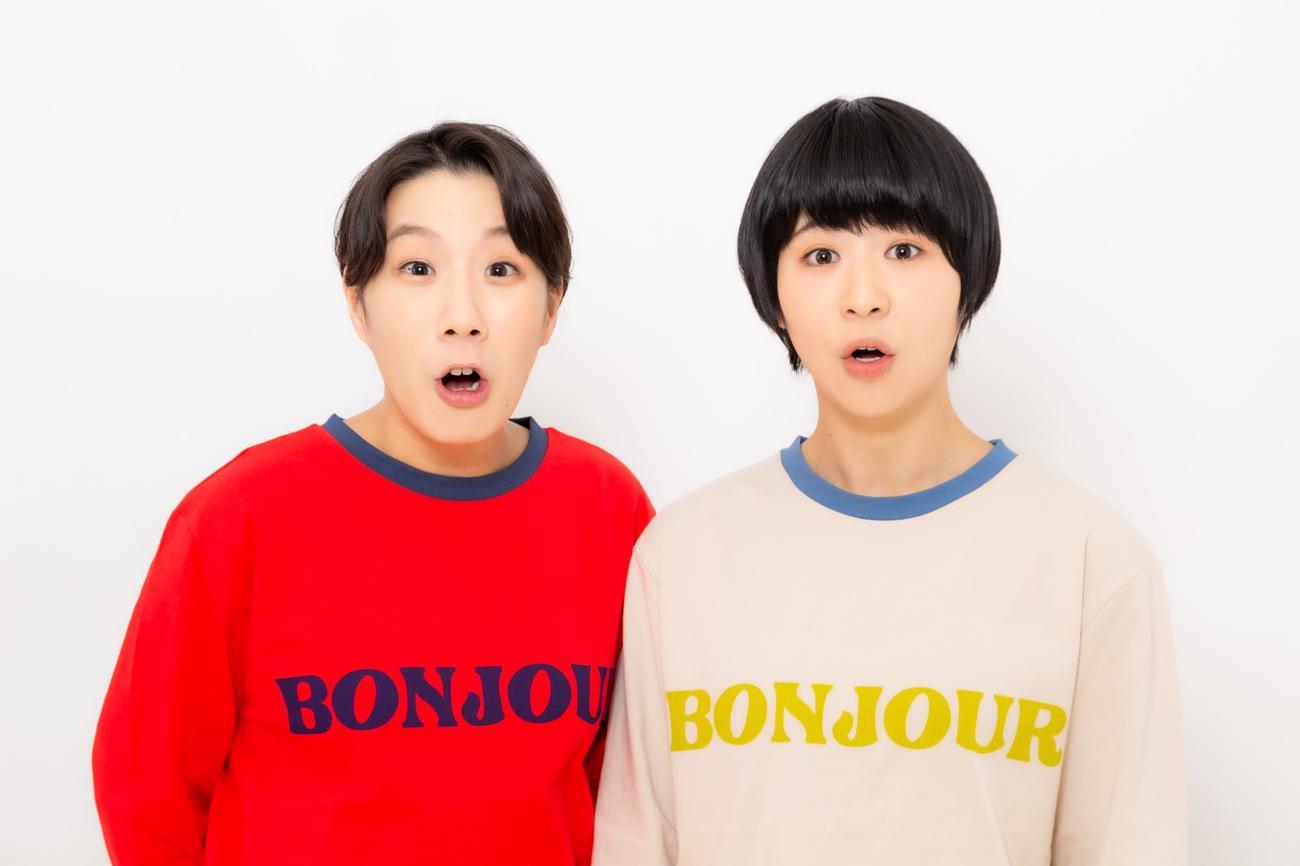 「文学界」(文芸春秋)の4月号で短編小説「ステンドグラス」を発表するお笑いコンビ、Aマッソ加納愛子(右)。左は相方の村上愛