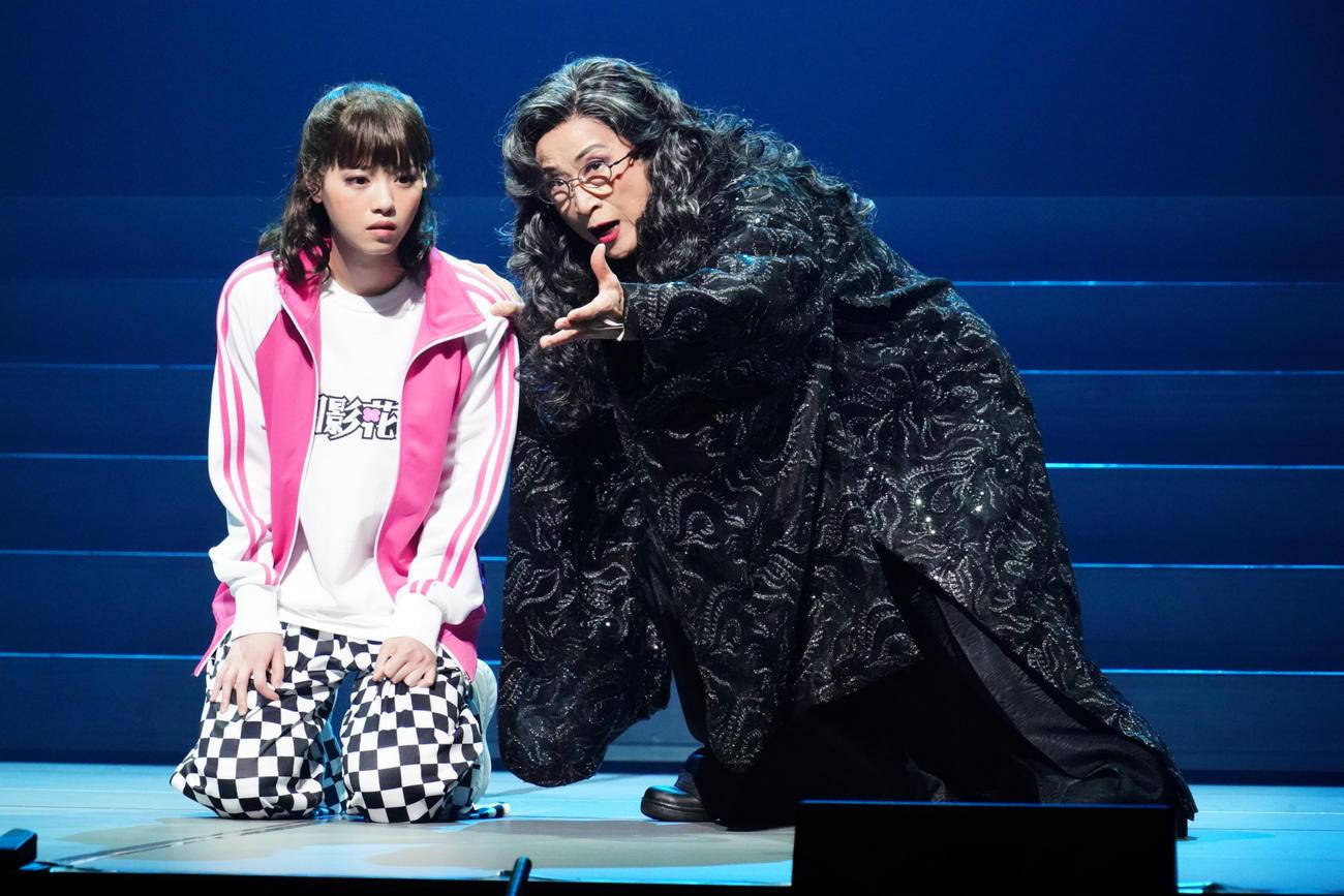 劇団☆新感線の新作舞台「月影花之丞大逆転」のワンシーン。左は西野七瀬、右は木野花