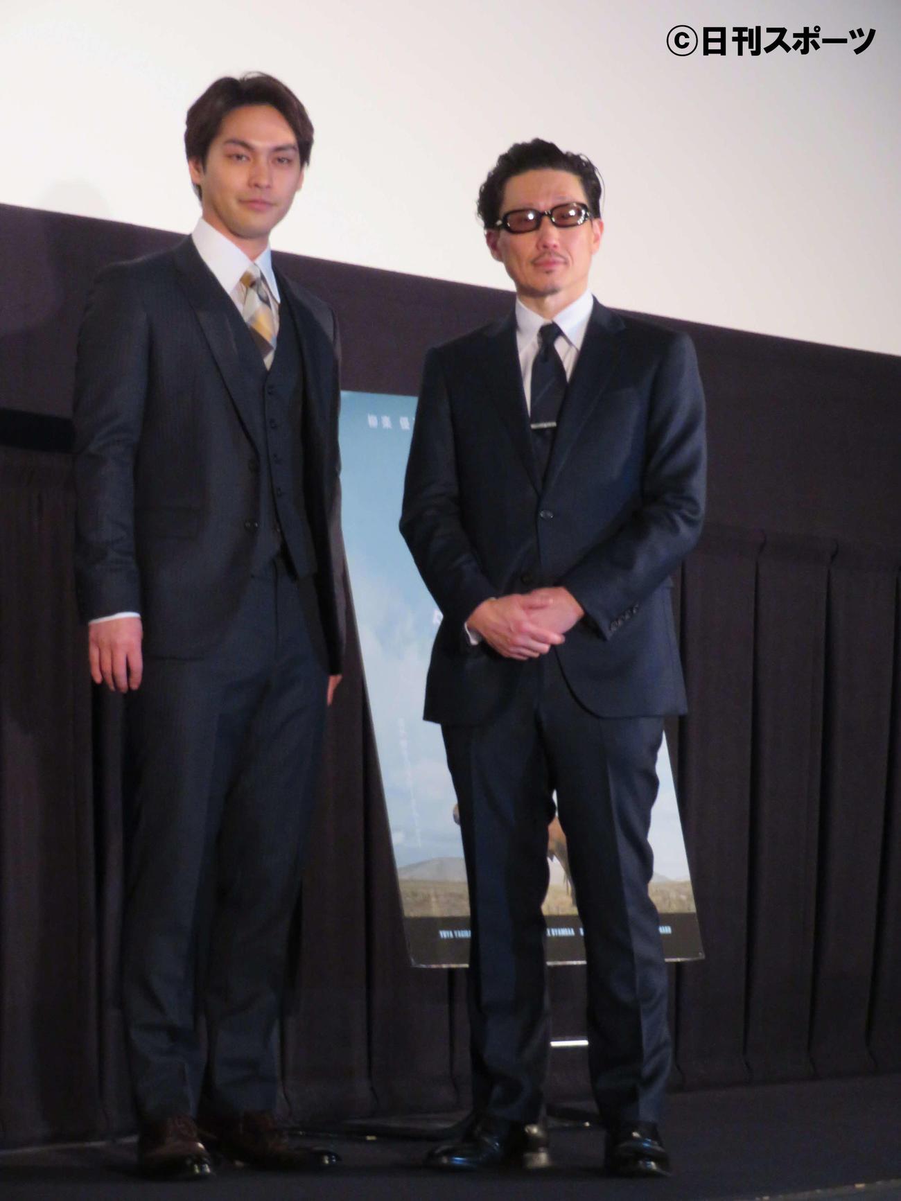 映画「ターコイズの空の下で」初日舞台あいさつに登壇した柳楽優弥(左)とKENTARO監督(撮影・村上幸将)