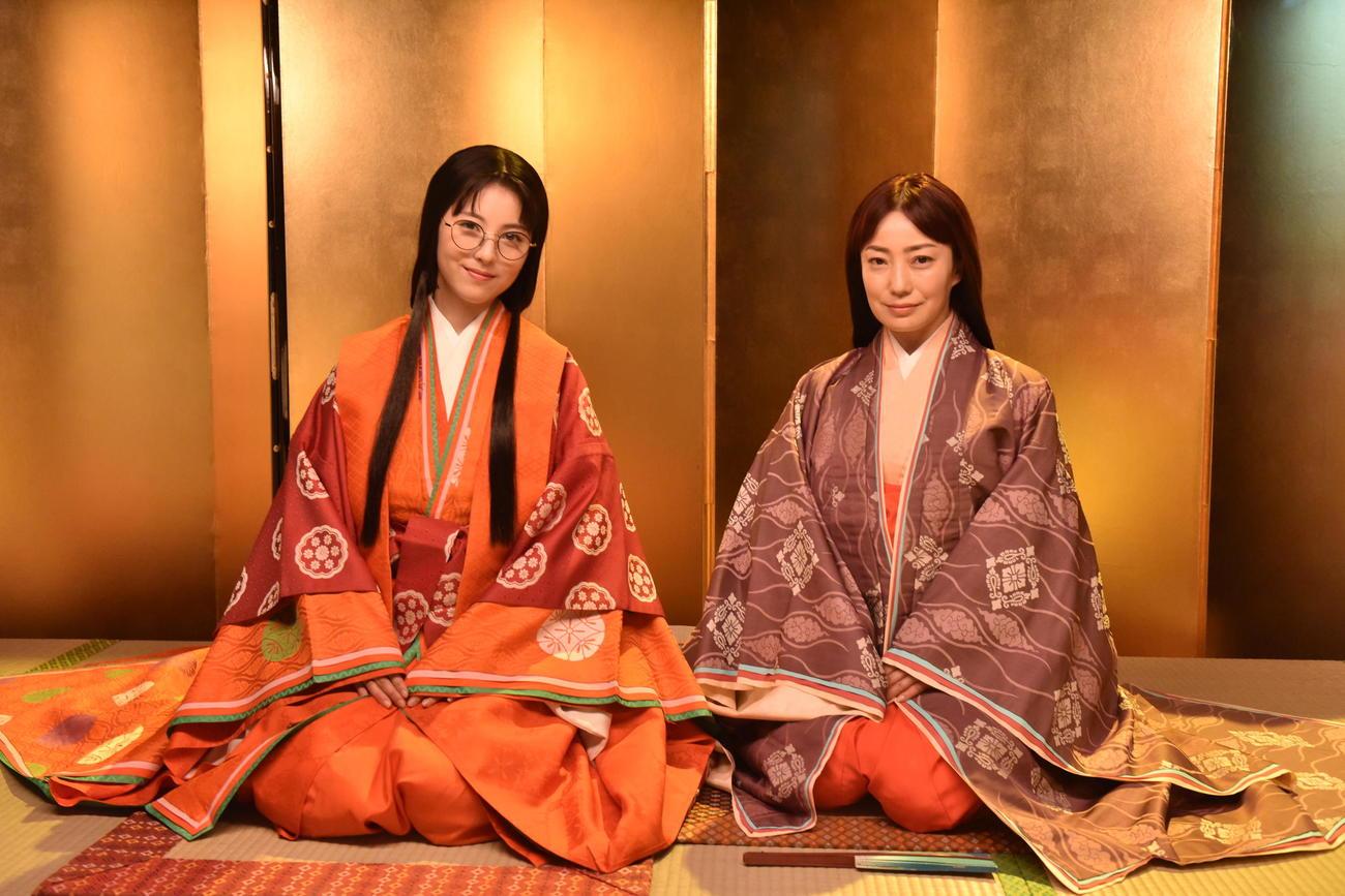 日本テレビ系連続ドラマ「ウチの娘は、彼氏が出来ない!!」で十二単(ひとえ)を着る浜辺美波(左)と菅野美穂