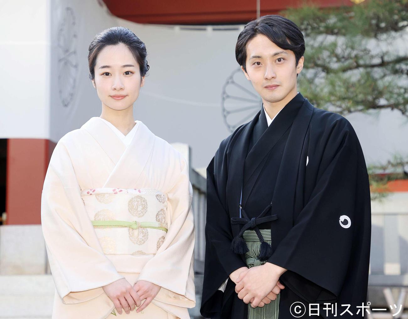 3代目藤間紫を継承した藤間爽子(左)と初代の藤間翔(撮影・鈴木正人)
