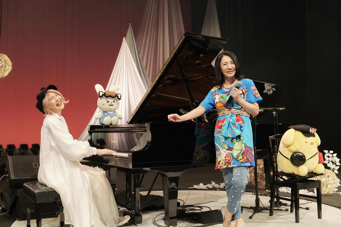 ハラミちゃん(左)の初の全国ツアー千秋楽公演にゲスト出演した広瀬香美