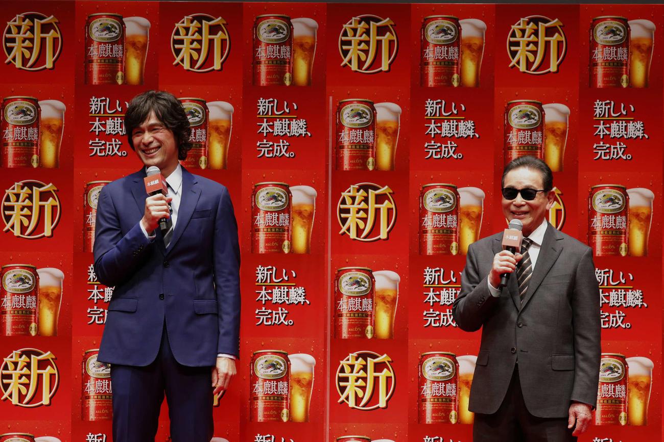 キリンビール「新しい『本麒麟』新CM発表会」に登壇した江口洋介(左)とタモリ