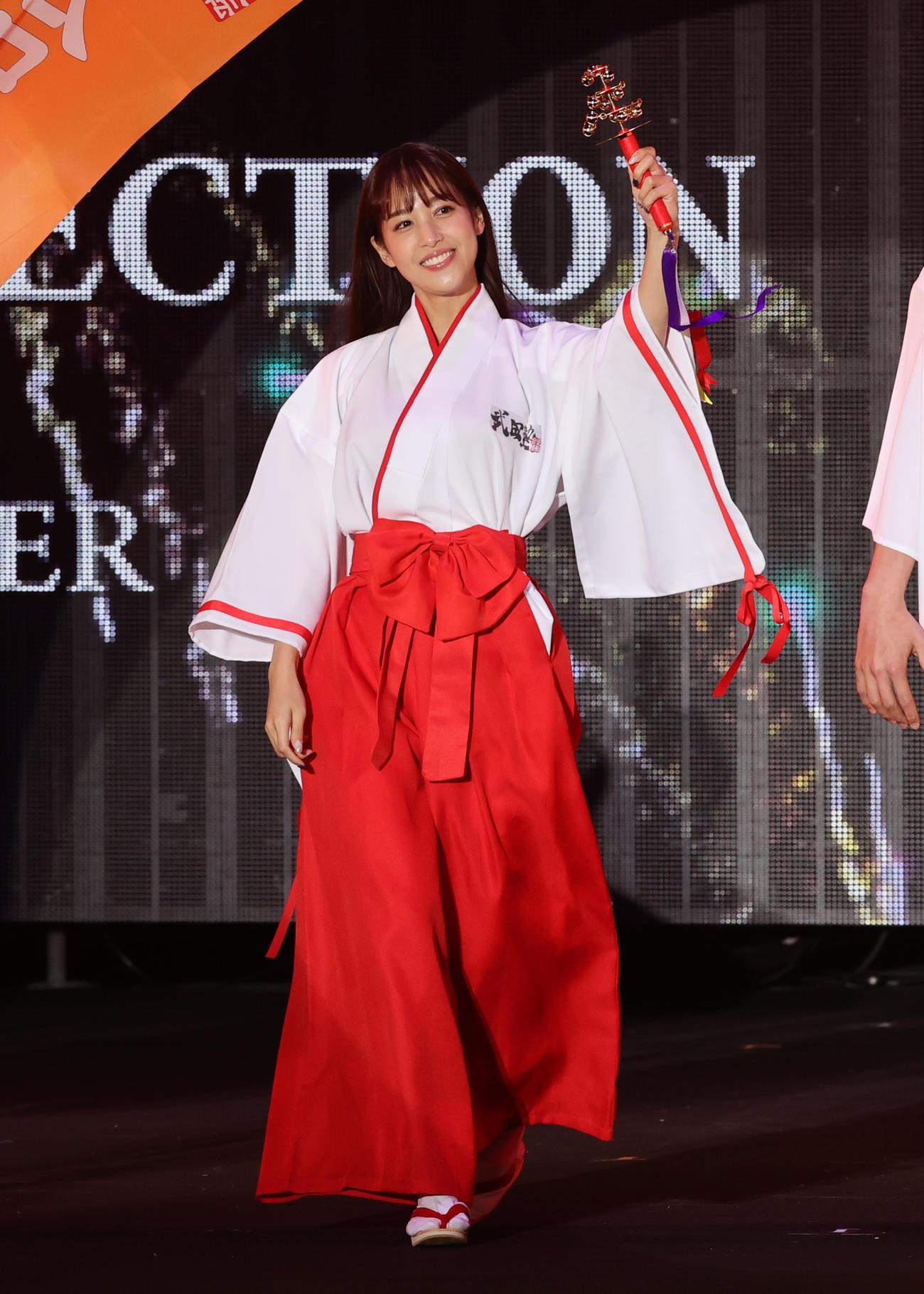 東京ガールズコレクションで武田塾のコーナーに巫女姿で登場した鷲見玲奈(撮影・野上伸悟)