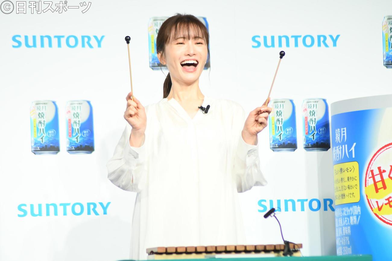 「鏡月焼酎ハイ」発表会でCMで歌う「はじめてのチュウ」を木琴で披露する松本まりか(撮影・大友陽平)