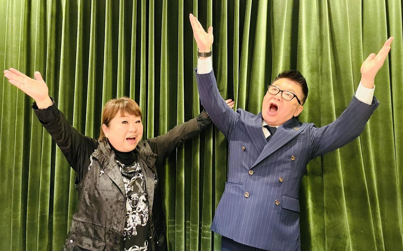 両手を上げて発声練習をする天童よしみ(左)と生島ヒロシ
