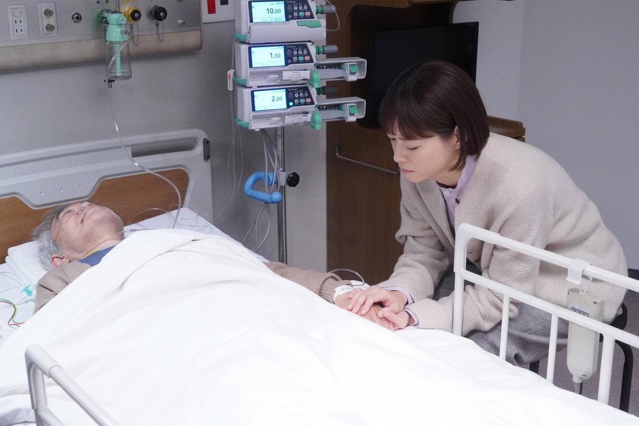 入院中だった祖父の浩之(柄本明・左)のもとへ駆けつけた朝顔(上野樹里)(C)フジテレビ