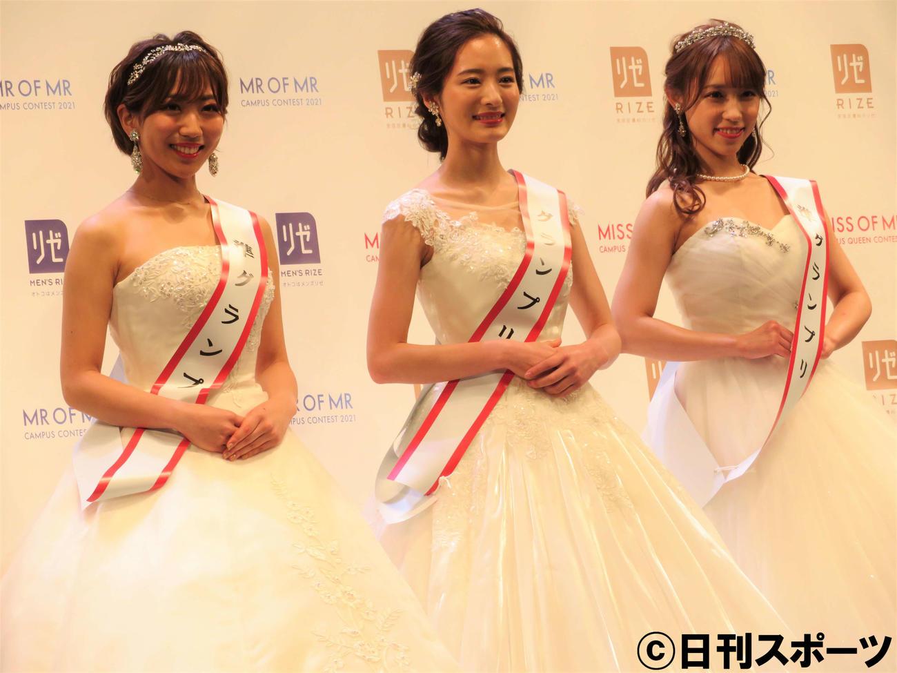 グランプリを受賞した神谷明采さん(真ん中)と準グランプリを受賞した山本瑠香さん(右)と小川奏さん(左)(撮影・三須佳夏)