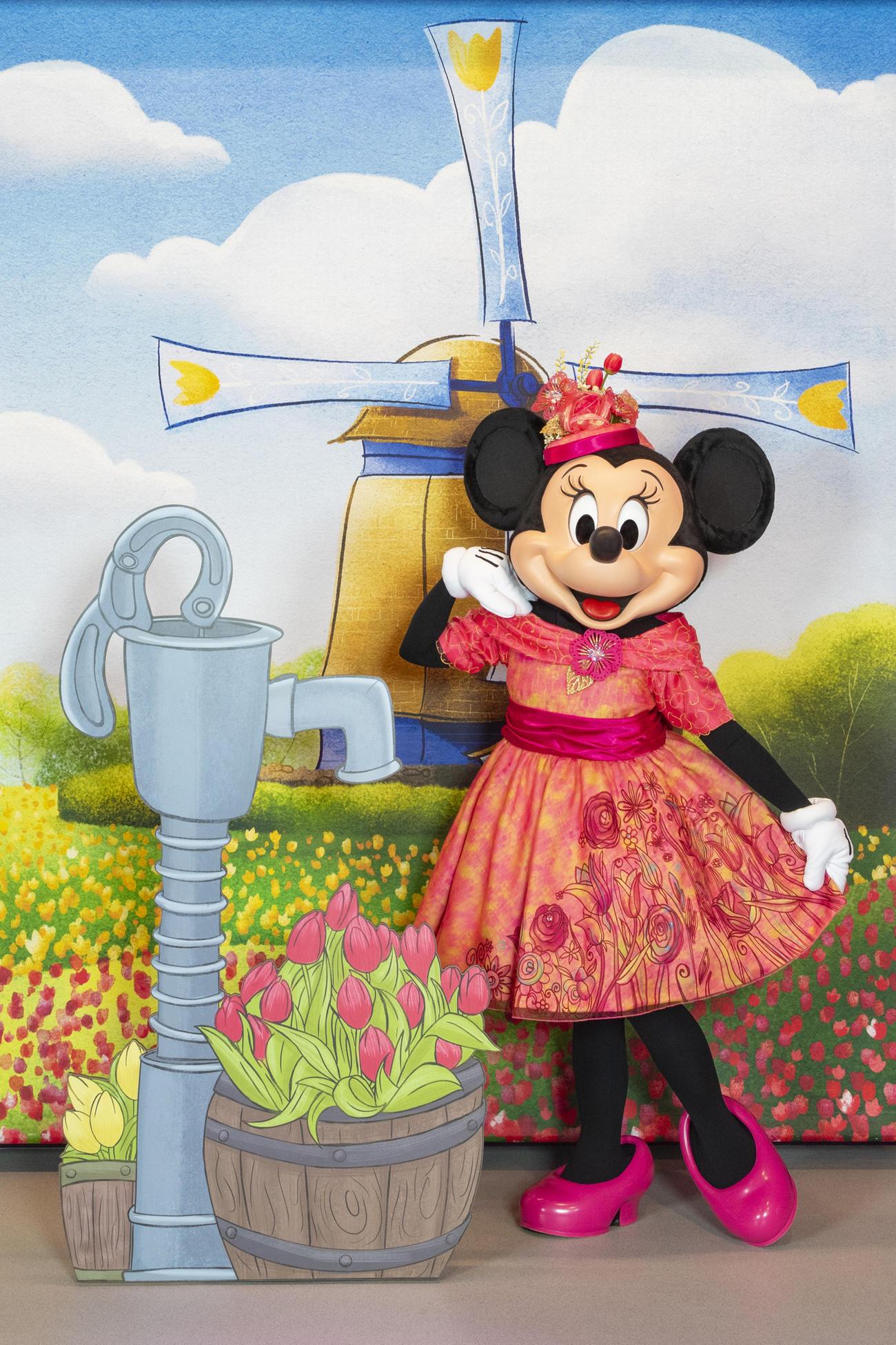 春らしいファッションをお披露目したミニーマウス(C)Disney