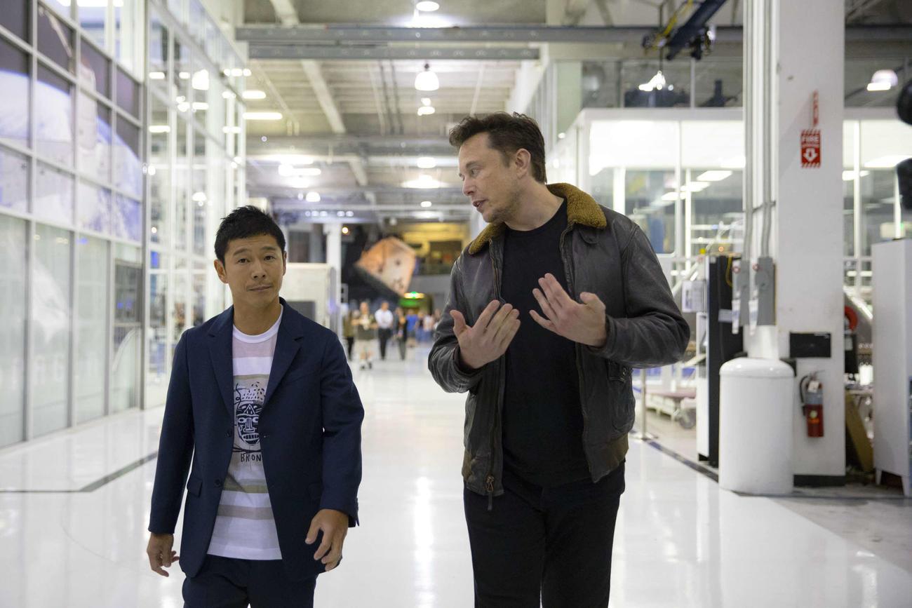 18年9月17日に米ロサンゼルスで会見を開いた際、語り合う前澤友作氏(左)とイーロン・マスク氏